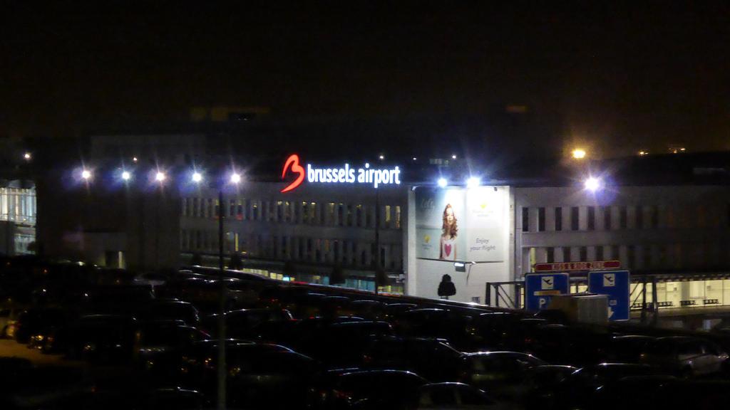 Neppassagier loopt door beveiliging luchthaven